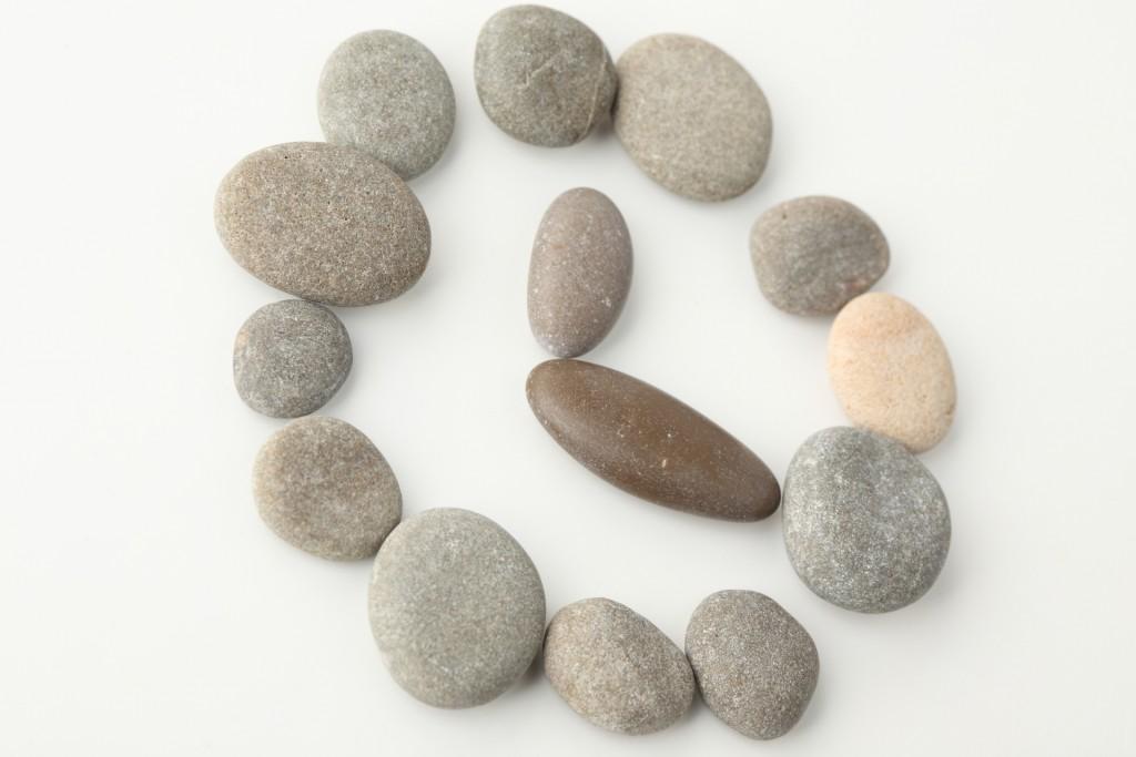 En vacaciones puedes hasta hacer un reloj con piedras.