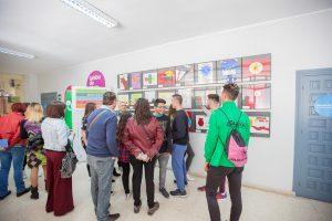 Alumnos en le exposición