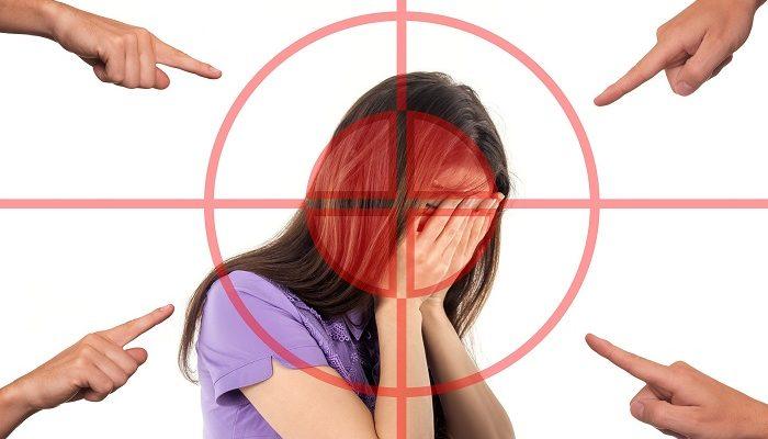 Mujer señalada, acosada y perseguida