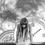mujer apesadumbrada por el tiempo